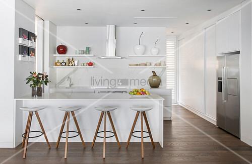 weiße, offene Küche mit Theke und … – Bild kaufen – 12486067 ...