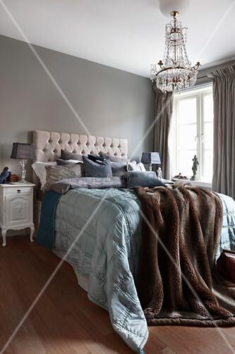 Klassisches Schlafzimmer in Erdfarben … – Bild kaufen ...