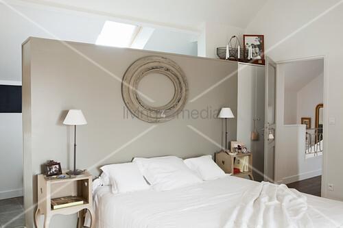Nostalgisches Schlafzimmer in Naturtönen unter dem Dach