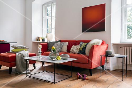 Wohnzimmer mit rotem Farbkonzept