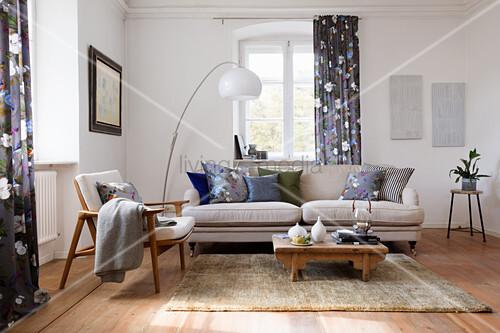 Möbelmix im Wohnzimmer mit gedeckten Farben