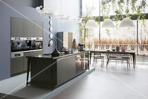 Luxuriöse Wohnküche mit moderner Einbauküche und Fensterfront
