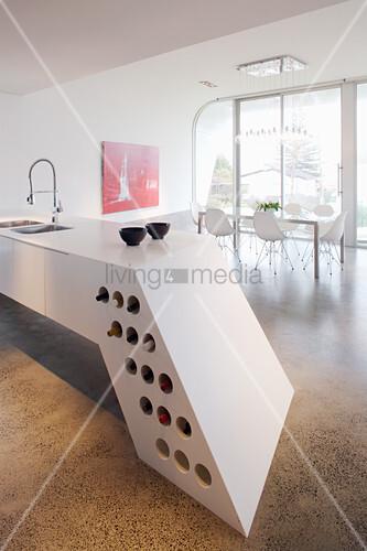 Futuristische Kücheninsel mit Weinlager im Architektenhaus