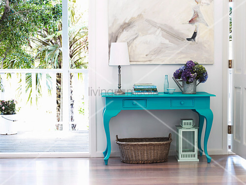 t rkisblau lackierter tisch mit hortensien b chern und. Black Bedroom Furniture Sets. Home Design Ideas