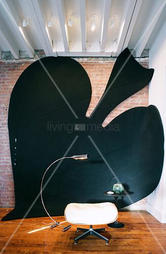 Großes Pik-Zeichen als Kunstinstallation an der Wand