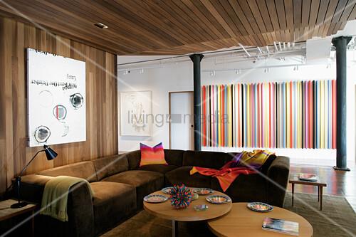 Holzverkleidung an Wand und Decke im Wohnzimmer eines Lofts