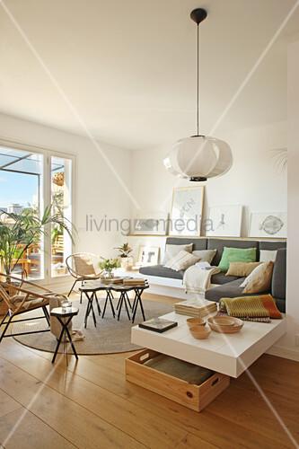 Helles Wohnzimmer mit eingebautem Sofa