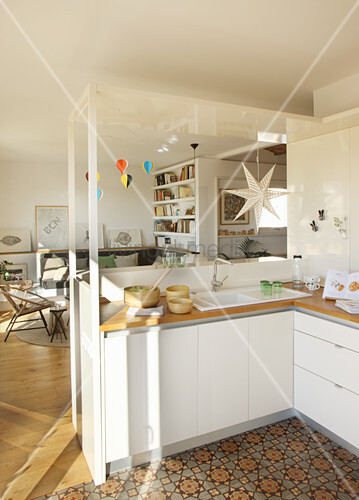 Offene Küche mit gemustertem Boden zum Wohnzimmer