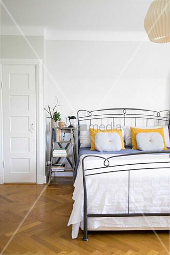 Metallbett im Schlafzimmer und … – Bild kaufen – 12501289 ...