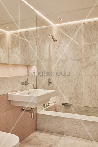 Mit Marmor Verkleidetes Kleines Bad Mit Großem Spiegelschrank