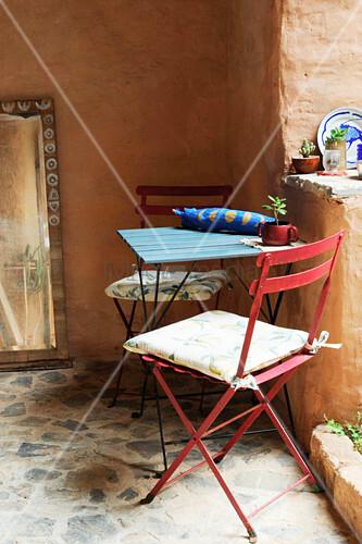 Metall Klappstühle und Tisch auf Natursteinboden