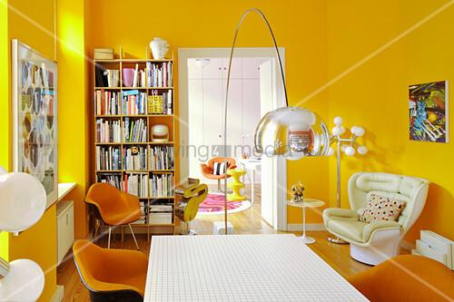 Klassikerstühle im Esszimmer mit gelben Wänden