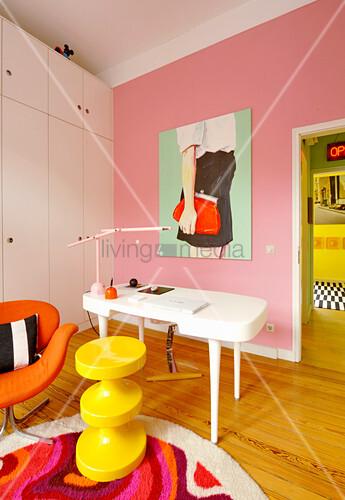 Weißer Schrank und Schreibtisch im Arbeitszimmer