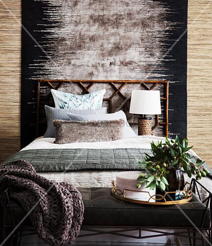 Teppich hinter dem Bett im Schlafzimmer in Erdfarben