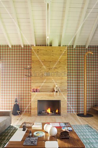 Elegantes Wohnzimmer mit Kamin und karierter Tapete