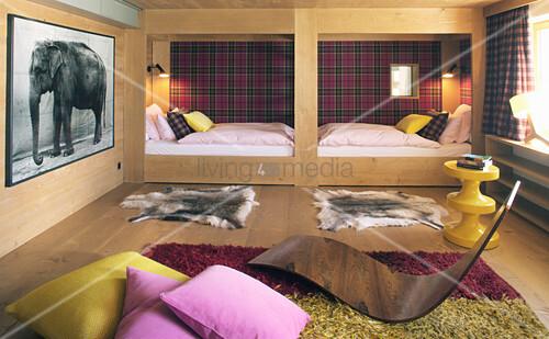 Elegantes Schlafzimmer mit Holzverkleidung und Alkoven