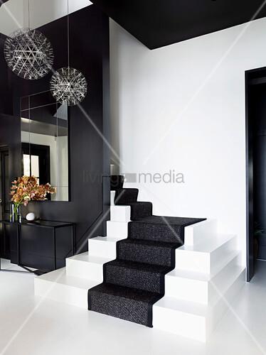 Elegante, schwarz-weißer Diele mit Treppenaufgang