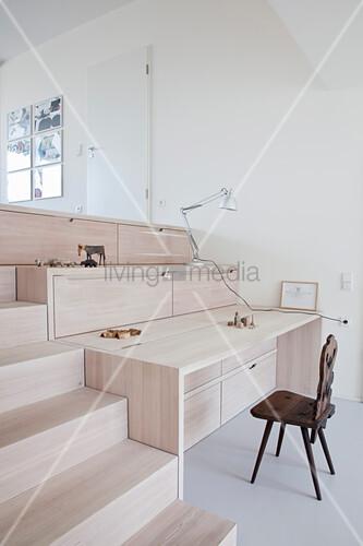 Eingebauter Schreibtisch und Stauraum neben der Treppe