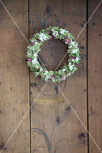 Wreath of mosses, edelweiss, pink pussytoes and pinks