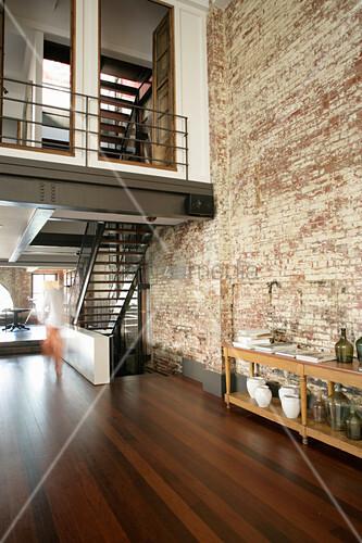 Zwischenebene und Treppen im Industriegebäude als Wohnhaus
