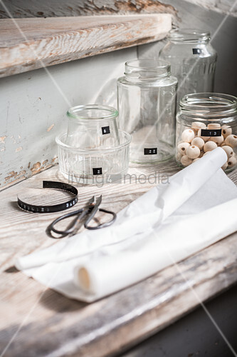 Material für einen Adventskalender aus recycelten Gläsern