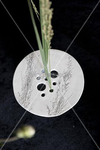 Selbstgemachter Vasenaufsatz aus Modelliermasse mit Löchern