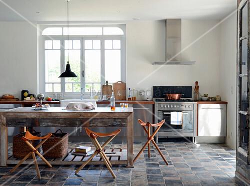 Rustikale Wohnküche im mediterranen Industriestil