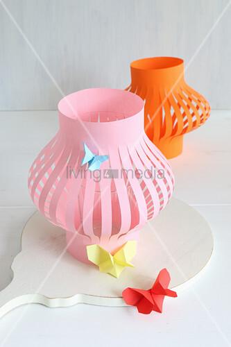 Lampions aus Papier in Orange und Rosa mit Schmetterlingen