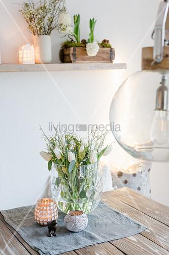 Tulpen und weißer Ginster im Glasgefäß