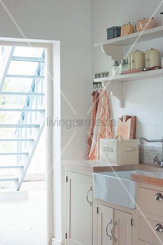 Blick aus der Landhausküche auf die Treppe