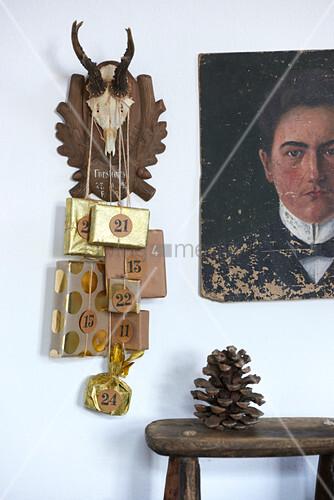Golden verpackte und nummerierte Geschenke an einer Trophäe