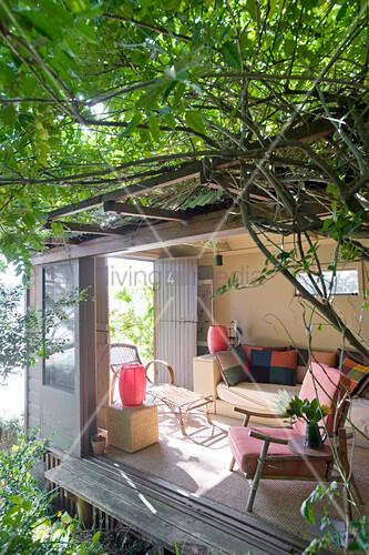 Wohnzimmer mit offenen Schiebetüren zum wilden Garten