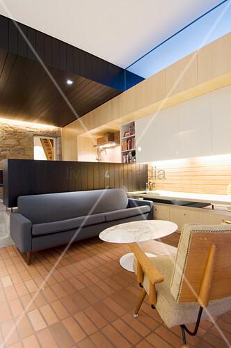 Designermöbel im Wohnraum mit offener Küche