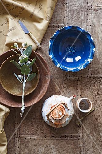 Blau und brauen Schalen und Teekanne