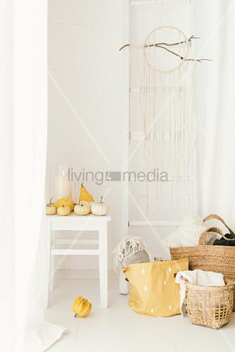 Helle moderne Herbstdeko mit Kürbissen, Wandleiter, Traumfänger und Körben