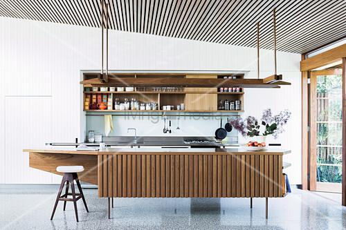 Offene Küche mit Retro Kücheninsel vor Terrassentür