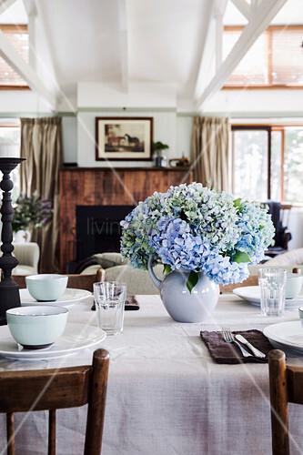 Gedeckter Tisch mit Hortensienstrauß