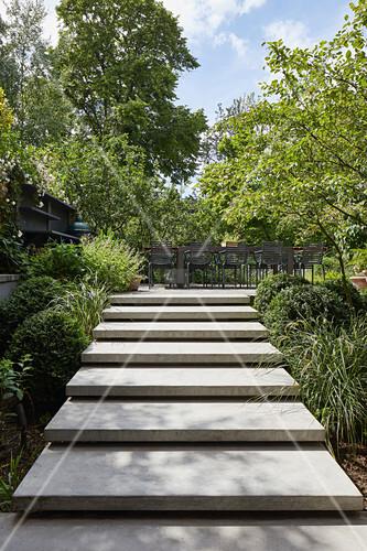 Moderne Treppe zur Terrasse im Garten … – Bild kaufen ...