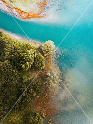 Wald am Ufer zum türkisblauen Gewässer von oben