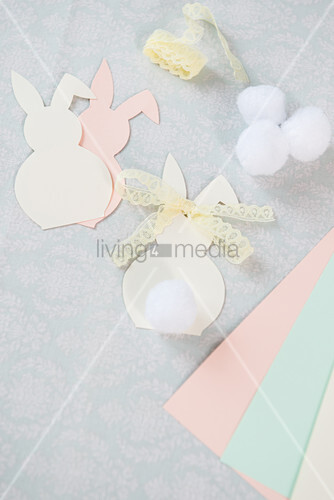 Osterhasen aus Papier mit Spitzenschleifchen