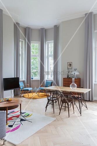 Blaue Sessel im Erker und Essbereich in Altbauwohnung