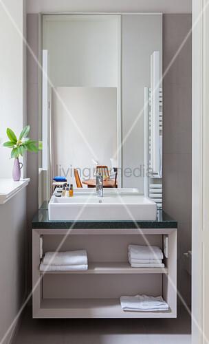 Waschtisch mit Aufsatzbecken im Badezimmer
