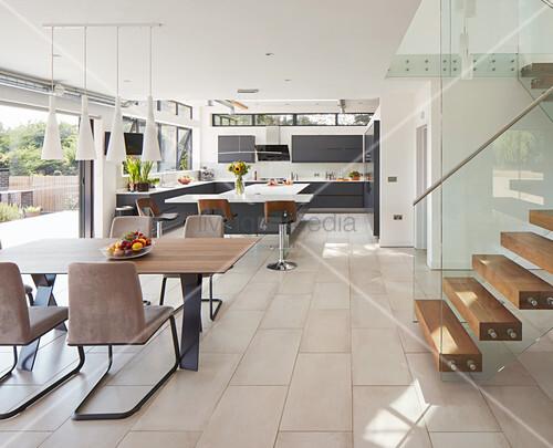 Moderner offener Wohnraum mit Blick in ... – Bild kaufen ...