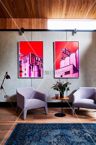 Zwei Fotos in Pink und Rot über zwei Designersesseln