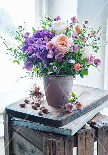 Strauß aus Hortensien, Rosen und Herbstanemonen