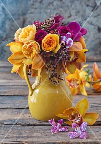 Strauß aus Rosen, Orchideen und Holunderbeeren