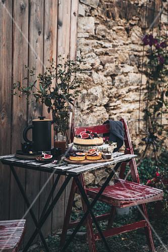Feigentartes mit Vanillecreme und Salted Caramel auf Holztisch im Garten
