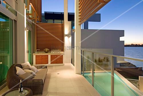 Balkon eines luxuriösen Hauses mit Pool am Meer