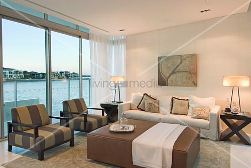 Luxuriöses Wohnzimmer in Braun und Weiß mit Blick aufs Meer