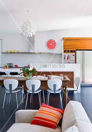 Moderner offener Wohnraum mit Retro-Flair